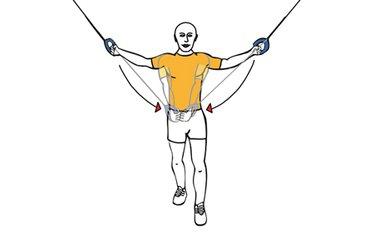 Cruces de pectoral con cable-polea juntado las manos