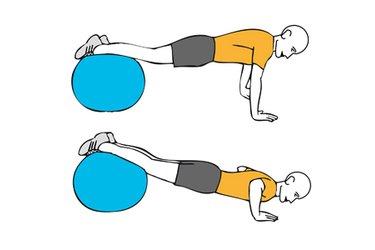 Flexión de brazos con apoyo sobre pelota de pilates