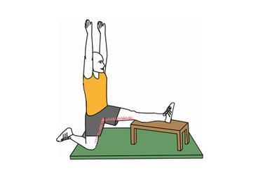 Estiramiento de extensores de la cadera una pierna sobre banco