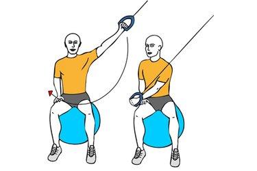 Tirón pectoral con cable-polea sentado en pelota de pilates