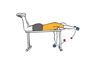Elevación frontal de hombros tumbado boca abajo en banco plano