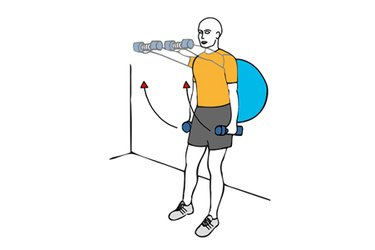 Elevación frontal con giro de hombros con mancuernas apoyados en pelota de pilates