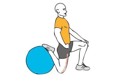 Estiramiento de cuadriceps con pelota de pilates rodilla en el suelo