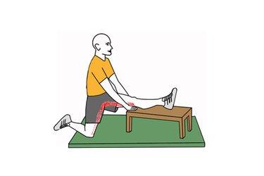 Estiramiento de extensores de cadera una pierna sobre banco