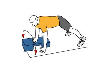 Movimiento sobre step en posicion de flexiones de brazos