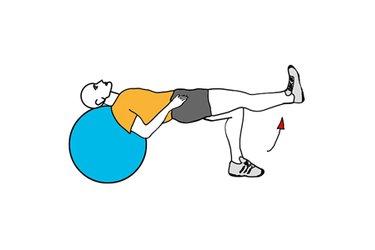 Extensión de rodilla apoyado sobre pelota de pilates