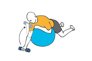 Curl de biceps tumbado sobre pelota de pilates