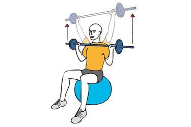 Press de hombros con barra sentado en pelota de pilates