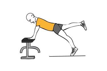 Equilibrio apoyado sobre banco y pierna estirada