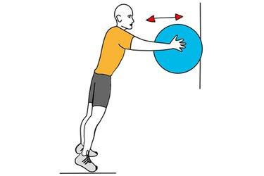 Flexiones de brazos de pie apoyando en pelota de pilates