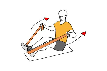 Remo con banda elastica sentado en el suelo