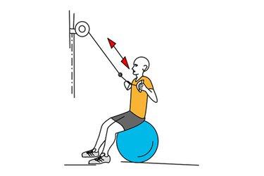 Remo con polea alta sentado en pelota de pilates
