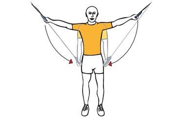 Addución de brazos con cable-polea de pie