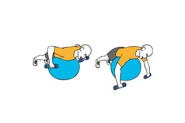 Remo con mancuernas sobre pelota de pilates