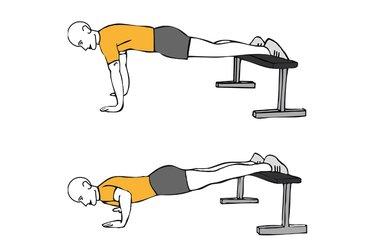 Flexiones de brazos con piernas apoyadas sobre banco