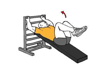 Abdominales con piernas flexionadas en banco inclinado