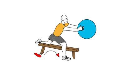 Zancada adelante con pelota de pilates y pierna sobre banco