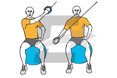 Tirón diagonal a una mano con cable-polea sentado en pelota de pilates