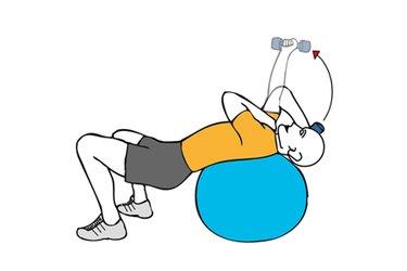 Extensión de triceps a una mano con mancuerna tumbado sobre pelota de pilates
