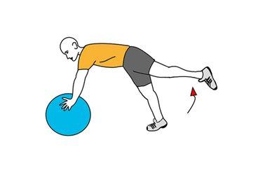 Extensión de pierna atrás apoyado sobre pelota de pilates