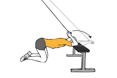 Extensión de triceps con cable-polea apoyado en banco plano
