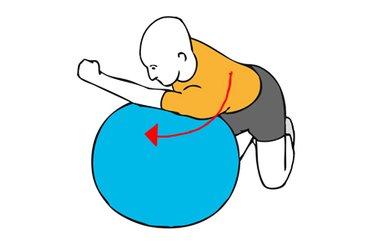 Estiramiento de hombro sobre pelota de pilates