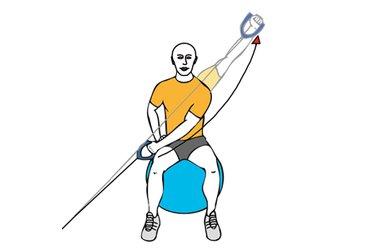 Tirón diagonal agarre prono con cable-polea sentado en pelota de pilates